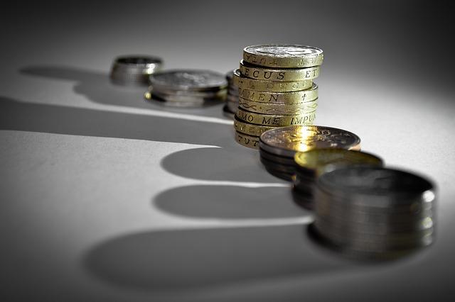 hromádky mincí