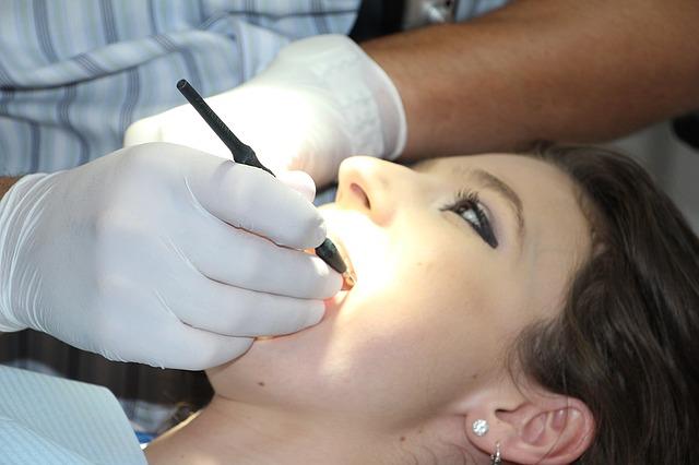slečna u zubaře