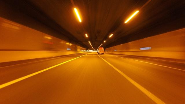 dodávka, auto v tunelu