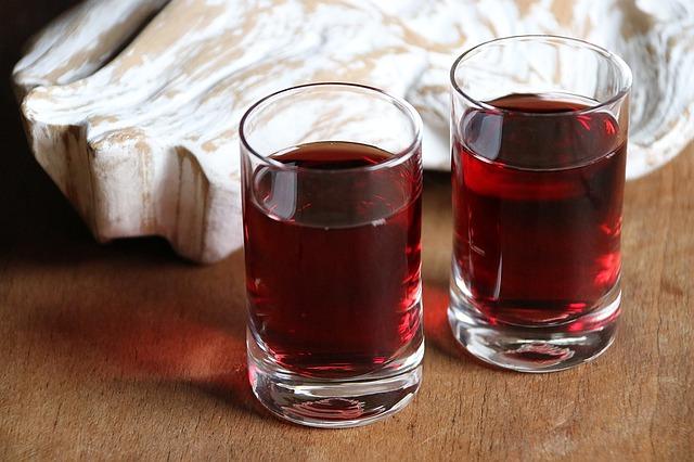 sklenice s likérem
